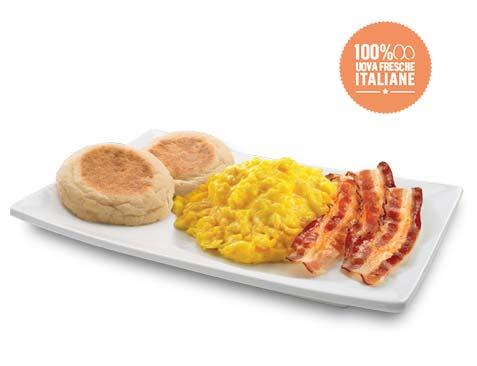 Uova strapazzate, bacon e pane